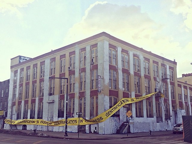 [Update] 5 Pointz Supporters Drape Building In