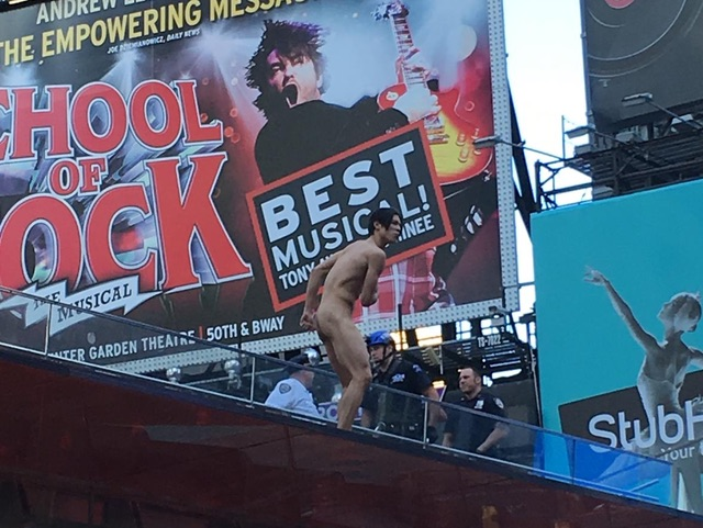 [UPDATES] Naked Man Taunts Cops In Times Square, Jumps Off TKTS Roof